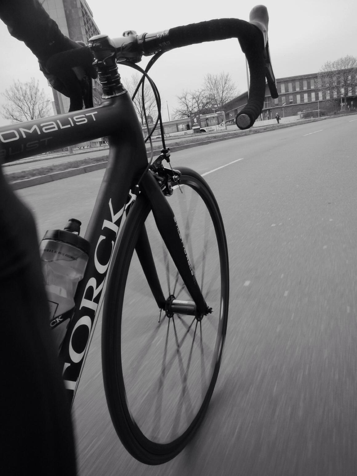 ein Rennrad allein auf weiter Flur