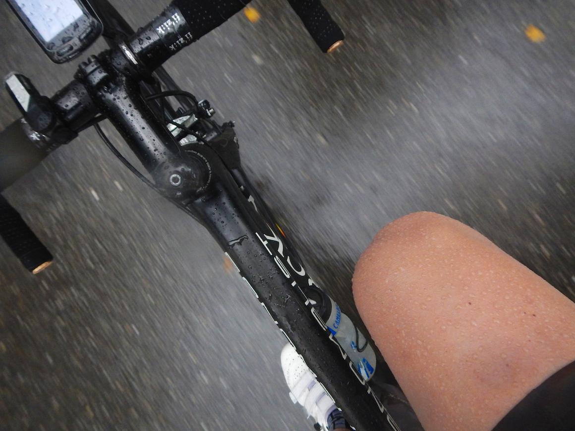 Der Regen perlt vom Oberschenkel wie vom Rad ab. Schöner optischer Effekt. Geht nur mit rasierten Beinen.
